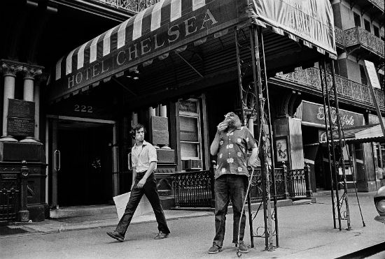 GrandHotel_07 - Peter Simon, Harry Smith in front of the Chelsea Hotel, New York, 1973. © Peter Angelo Simon