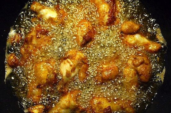 640px-Deep_frying_chicken_upper_wing