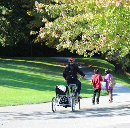 Family-Cycling-in-Stanley-Park-Vancouver